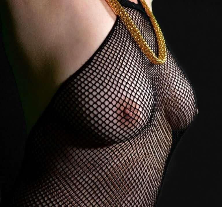 голи гърди
